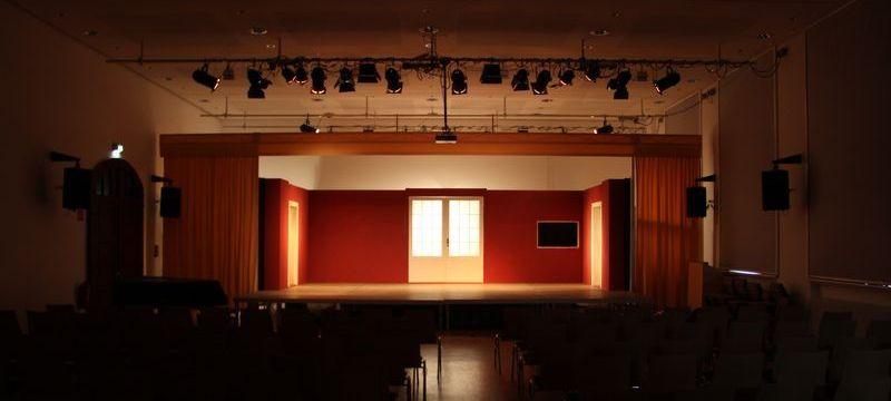 Blick aus der Aula auf die Bühne